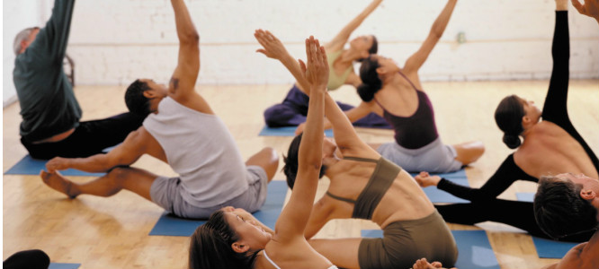 groep mensen die yoga beoefenen